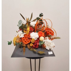Centro de flor preservada en tonos otoñales