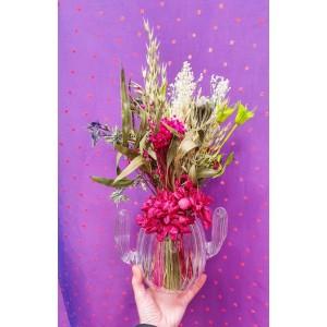 Jarron de cristal con forma de cactus con flores preservadas